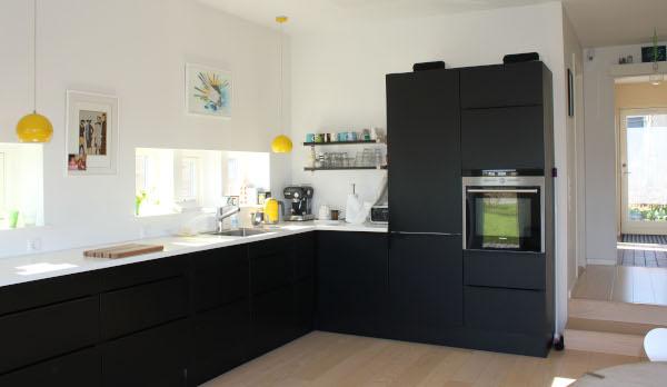 Køkken med funktionel indretning og masser af lys